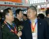 中华医学管理学会副会长,中国医疗装备协会副会长戴建平(中)参观第64届中国国际医疗器械博览会。2010年10月12日,HC3i记者中可摄于沈阳。