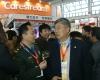 中华医学管理学会副会长,中国医疗装备协会副会长戴建平(右)参观第64届中国国际医疗器械博览会。2010年10月12日,HC3i记者中可摄于沈阳。