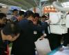 """10月12日,第64届中国国际医疗器械博览会(CMEF,也简称""""医博会"""")在沈阳国际会展中心开幕。图为用户仔细观看西门子公司设备。摄影:HC3i记者中可摄于沈阳。"""